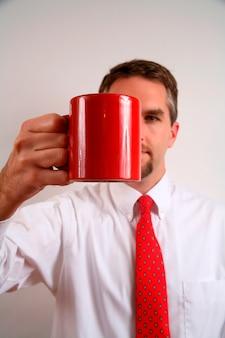 Geschäftsmann, der cup, nahaufnahme hält