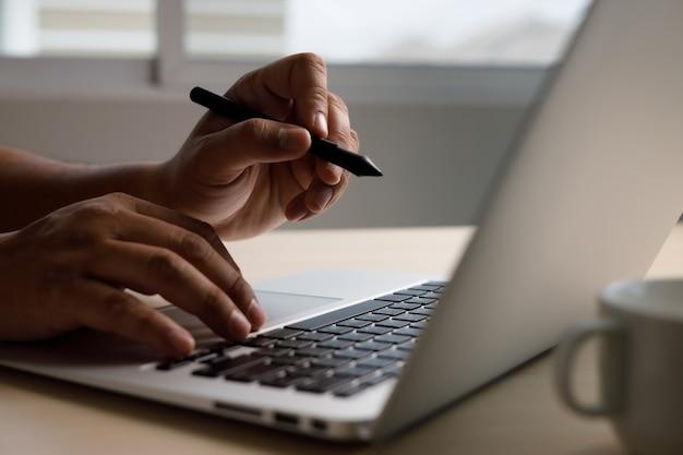 Geschäftsmann, der das internet-of-things-internet-netzwerk (iot) für das durchsuchen von internet-daten durchsucht