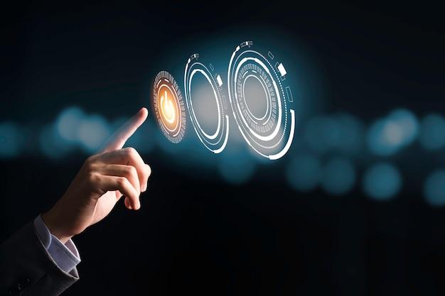 Geschäftsmann, der das schaltersymbol zum ein- oder ausschalten oder herunterfahren elektronischer geräte drückt. es ist ein symbol für energieeinsparung und start oder stopp.