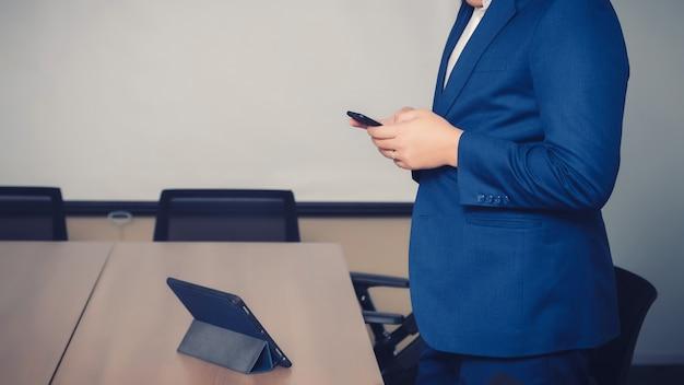 Geschäftsmann, der daten mit smartphone sercht