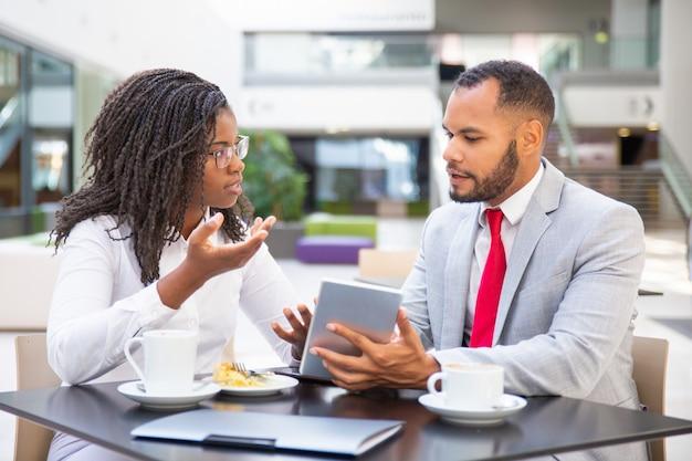 Geschäftsmann, der dem weiblichen kollegen projektdarstellung zeigt