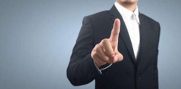 Geschäftsmann, der den virtuellen bildschirm der taste drückt. hand zeigt futuristische schnittstelle