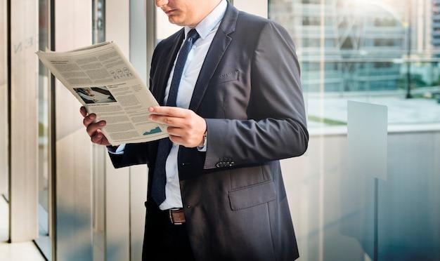 Geschäftsmann, der die finanznachrichten liest