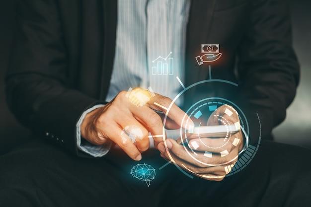 Geschäftsmann, der die firma finanziell analysiert, indem er mit digitalen grafiken der vergrößerten realität arbeitet.
