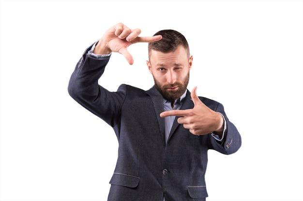 Geschäftsmann, der die kamera durch den rahmen betrachtet