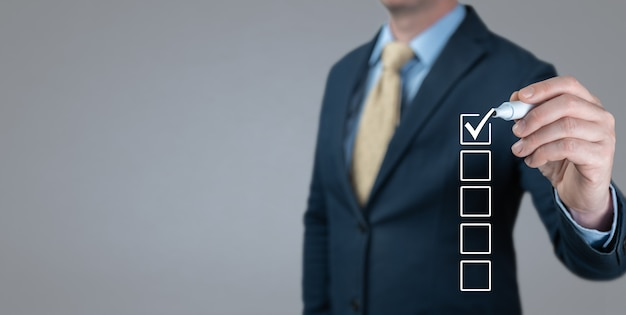 Geschäftsmann, der die richtige entscheidung trifft. leere checkliste auf dem whiteboard. checklistenkonzept