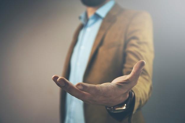 Geschäftsmann, der die taste auf dem virtuellen bildschirm drückt