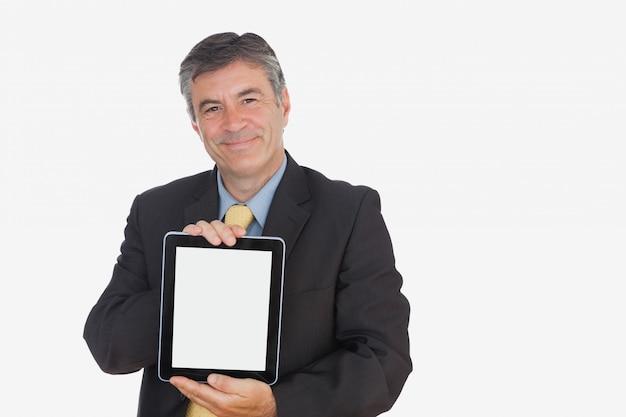 Geschäftsmann, der digitale tablette anzeigt