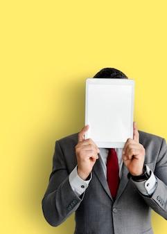 Geschäftsmann, der digitale tablette hält, bedeckte sein gesicht