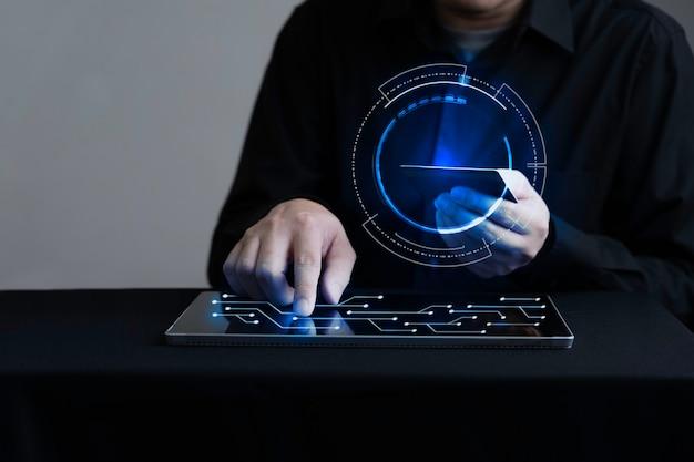 Geschäftsmann, der digitales tablett berührt und mit kreditkarte bezahlt