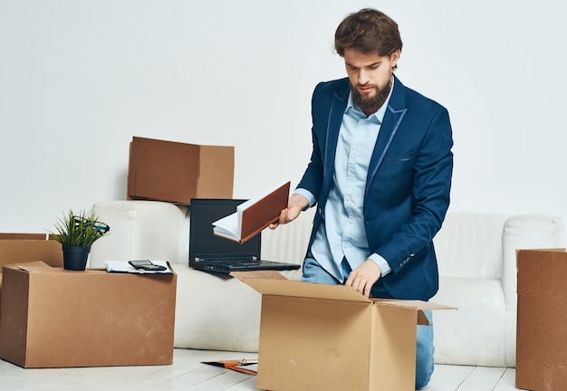 Geschäftsmann, der dinge im büro umzieht, ist ein beamter