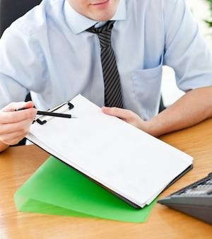 Geschäftsmann, der dokument hält