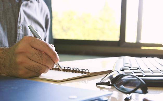 Geschäftsmann, der dokument schreibt.