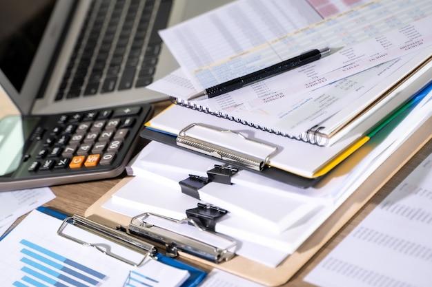Geschäftsmann, der dokumente liest, grafisch finanziell zu joberfolgen dokumentpläne analysieren