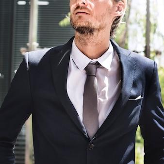Geschäftsmann, der draußen konzept betrachtet
