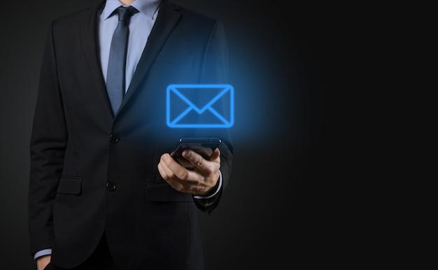 Geschäftsmann, der e-mail-symbol hält