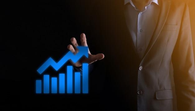Geschäftsmann, der ein diagramm mit positivem gewinnwachstum hält. planen sie das diagrammwachstum und die erhöhung der positiven diagrammindikatoren in seinem geschäft. profitabler und wachsend.