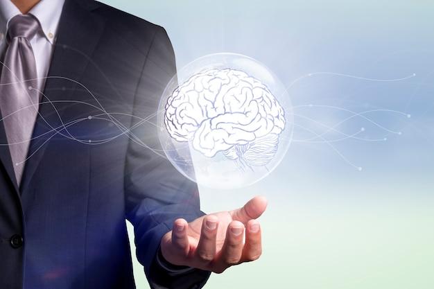 Geschäftsmann, der ein digitales bild des gehirns hält konzept für kreatives denken, ideen und innovation