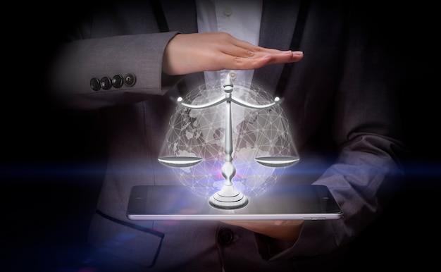 Geschäftsmann, der ein digitales bild des konzepts der waage des rechts und der gerechtigkeit hält