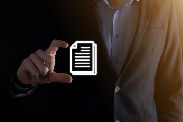 Geschäftsmann, der ein dokumentsymbol in der hand hält dokumentenmanagement-datensystem-business-internet-technologie-konzept. unternehmensdatenmanagementsystem dms