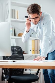 Geschäftsmann, der ein geschäft abschließt, das dokumente am schreibtisch im büro mit weißem hemd unterschreibt