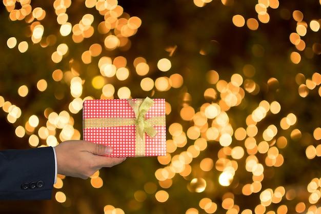 Geschäftsmann, der ein geschenk gibt