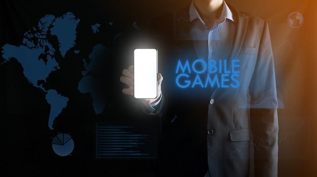 Geschäftsmann, der ein mobiles smartphone mit weißem leerem bildschirm mit platz für text hält