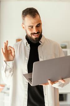 Geschäftsmann, der ein online-treffen hat