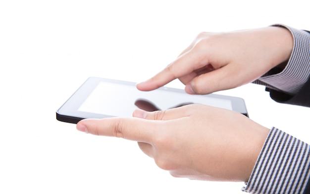 Geschäftsmann, der ein touchscreen-gerät gegen weiße backgroun mit