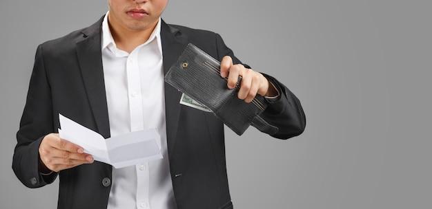 Geschäftsmann, der eine brieftasche und papiere hält