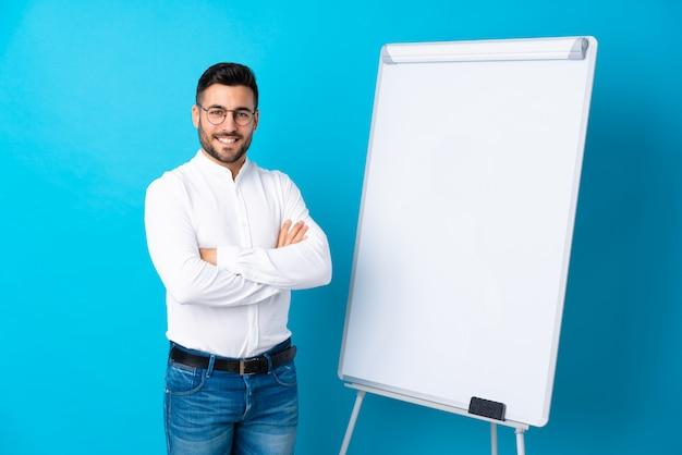 Geschäftsmann, der eine darstellung auf dem weißen brett gibt eine darstellung auf weißem brett und dem lächeln