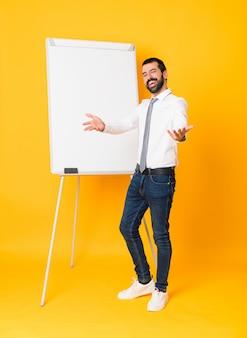 Geschäftsmann, der eine darstellung auf der weißen tafel darstellt und einlädt, mit der hand zu kommen