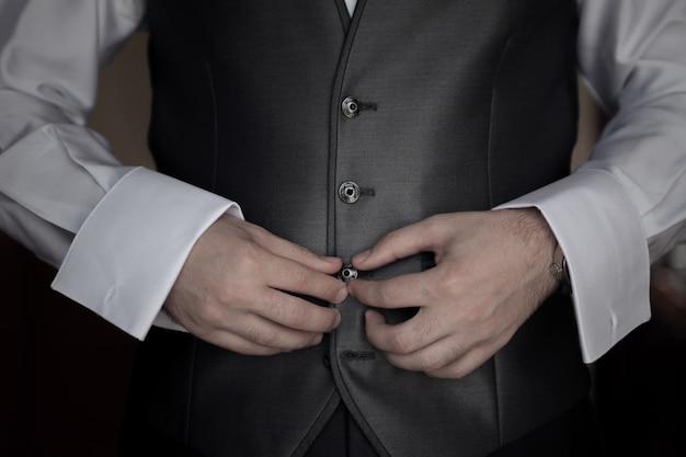 Geschäftsmann, der eine jacke trägt, bevor er zur arbeit geht