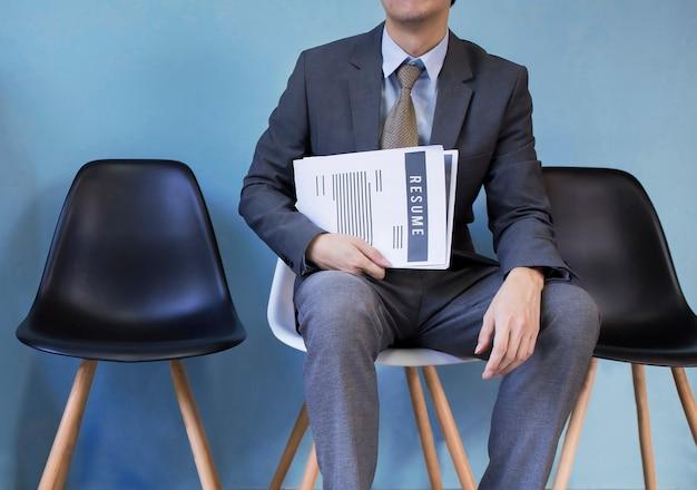 Geschäftsmann, der eine karriere sucht und zusammenfassung für bewerbung hält
