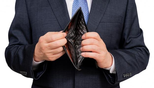 Geschäftsmann, der eine leere brieftasche auf weiß hält