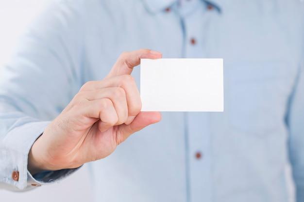 Geschäftsmann, der eine leere visitenkarte zeigt