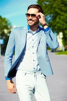 Geschäftsmann, der einen anzug auf der straße in der sonnenbrille trägt