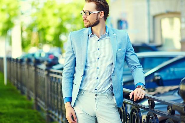 Geschäftsmann, der einen anzug auf der straße trägt