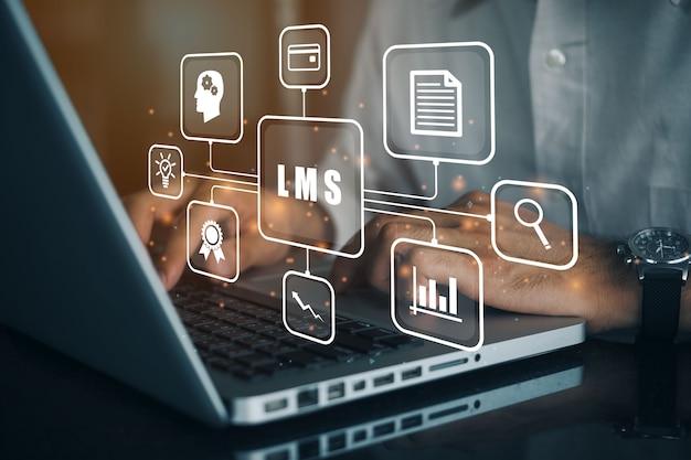 Geschäftsmann, der einen computer zu lms verwendet - learning management system-websymbol für unterricht und online-bildung, kurs, anwendung, studium, e-learning, wissen überall und jederzeit.