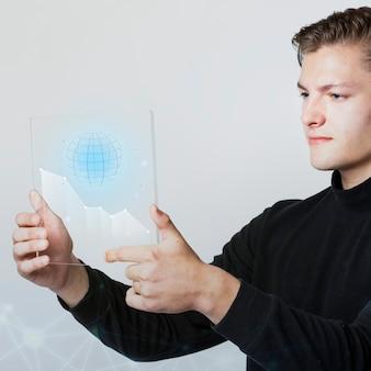 Geschäftsmann, der einen digitalen bildschirm hält, der globus erzeugte