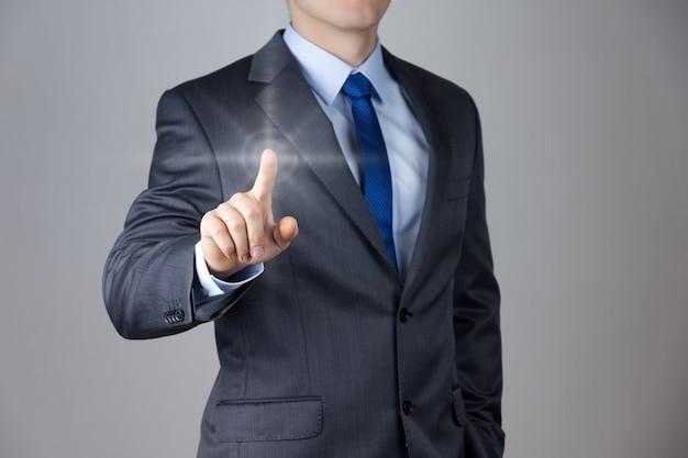 Geschäftsmann, der einen imaginären bildschirm berührt