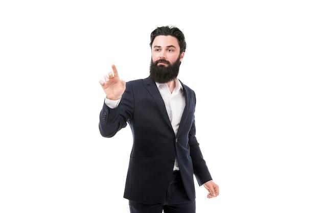 Geschäftsmann, der einen imaginären knopf drückt, lokalisiert auf weißer wand