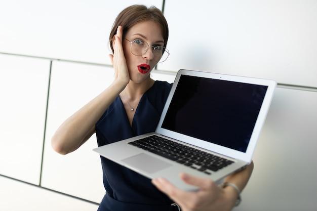 Geschäftsmann, der einen laptop in seinen händen hält
