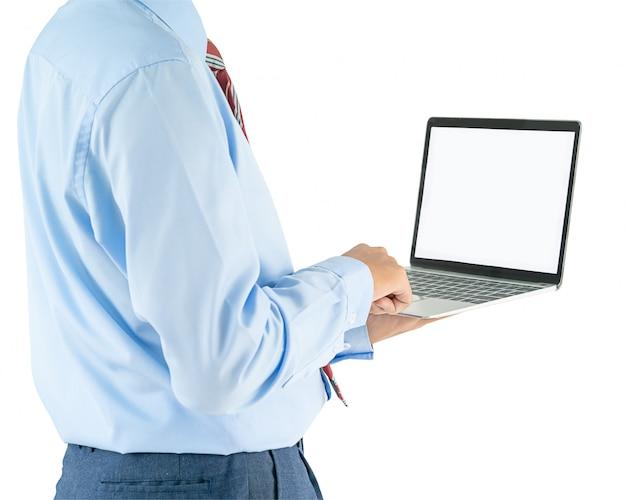 Geschäftsmann, der einen laptop mit ausschnittspfad anhält
