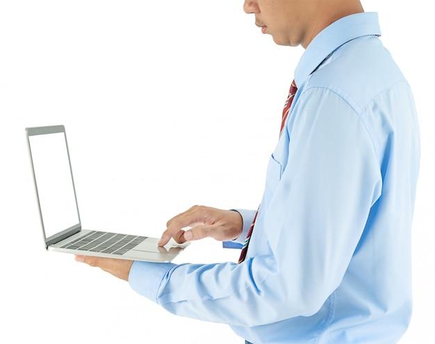 Geschäftsmann, der einen laptop mit leerem bildschirm isolaed hält