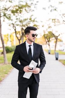 Geschäftsmann, der einen spaziergang am park hat