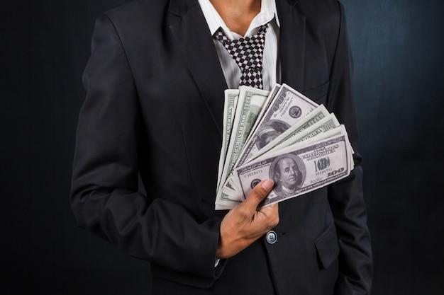 Geschäftsmann, der einen spread von bargeld anzeigt
