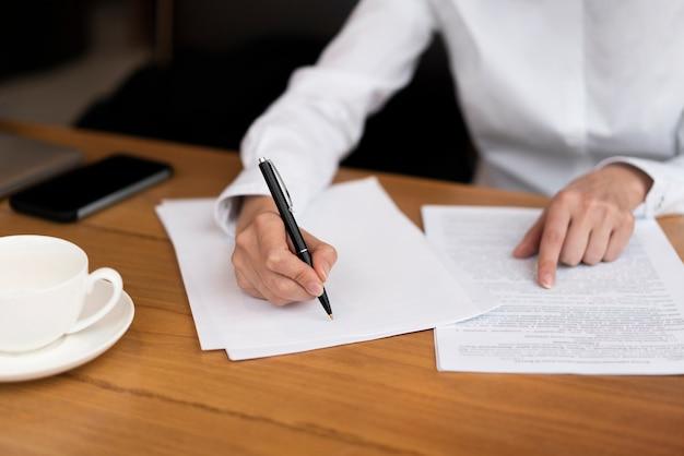 Geschäftsmann, der einen vertrag im büro unterzeichnet