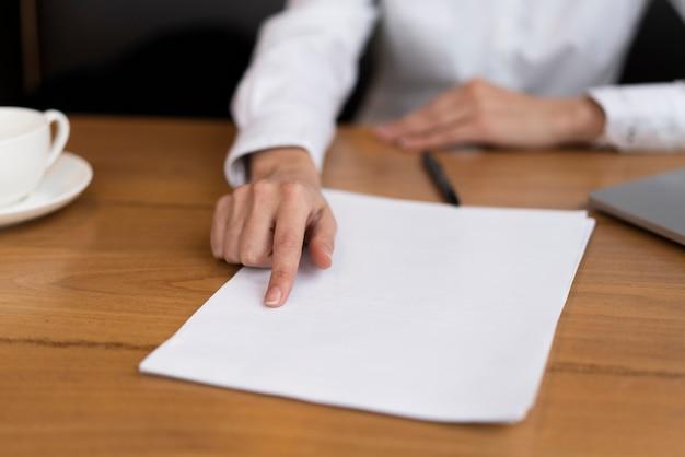 Geschäftsmann, der einen vertrag im büro zeigt