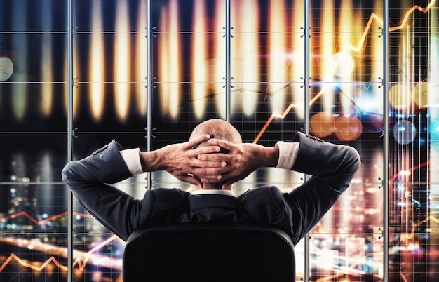 Geschäftsmann, der einen virtuellen breitbild der geschäftsanalyse beobachtet
